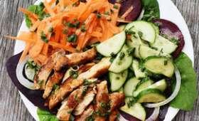 Salade composée au poulet sur un lit d'arroche des jardins