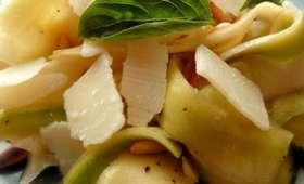 Salade de rubans de courgettes aux pignons et au parmesan