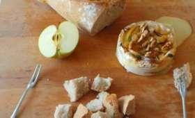 Camembert rôti au four aux pommes, miel et mélange de raisins et noix.