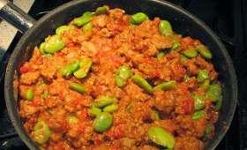 Fèves fraîches aux oeufs brouillés, chorizo, saucisses, tomates