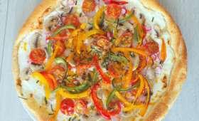 Tarte colorée aux poivrons, radis, tomates, champignons et mimolette