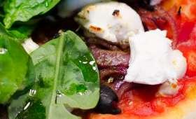Pizza aux oignons rouges, au chèvre frais et aux épinards