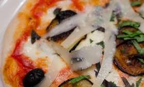 Pizza à l'aubergine, à la mozzarella et au parmesan