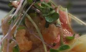 Tartare de saumon frais sur canapé pommes de terre