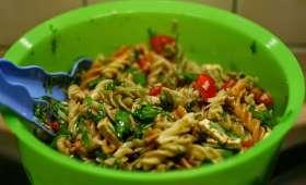 Salade de pâtes au poulet, tomates, brocolis, artichauts marinés, fines herbes