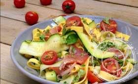 Salade de pâtes au lomo, courgettes et pignons