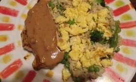 Poulet au beurre de cacahuète et son riz aux oeufs brouillés