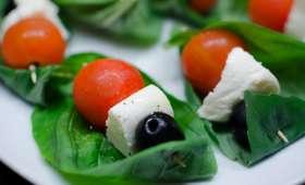 Brochettes de tomates, de mozzarella et de basilic