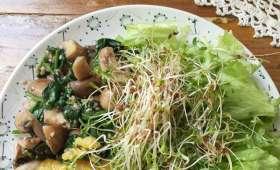 Poêlée de champignons épinards, lentilles corail, crudités