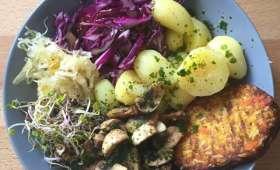 Tofu, champignons, pommes de terre et crudités