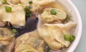 Soupe de raviolis wontons au chou pak choï et gingembre