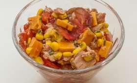 Salade de tomates, thon, pomelo, maïs