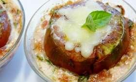 Tomates farcies aux oeufs et râpé de mozzarella