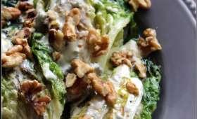 Salade de sucrine grillée, sauce au bleu de Bresse et aux noix
