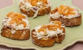 Canapés de radis noir aux crevettes grises