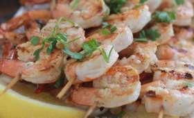 Brochettes de crevettes marinées au citron et à l'ail