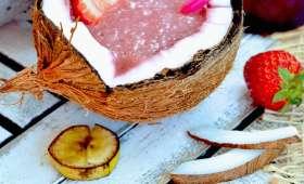 Smoothie fraise, lait de coco, betterave et banane