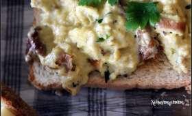Tartines aux oeufs brouillés aux champignons