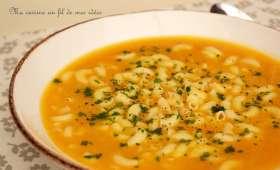 Potage de poireaux et carottes au parmesan et pâtes coquillettes