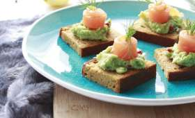 Toasts de pain d'épices à l'avocat et saumon