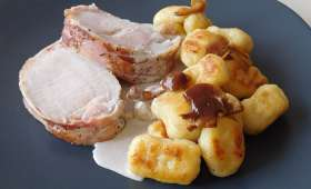 Rôti de cochon lardé, gnocchis et crème de champignons
