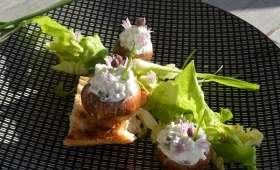 Champignons printaniers au chèvre fouetté et fleurs de ciboulette sur petite verdure