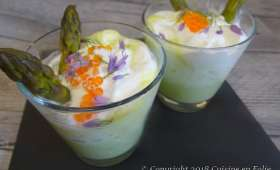 Velouté crémeux d'asperges vertes à l'aneth, crème fouettée, fleurs de ciboulette et oeufs de saumon