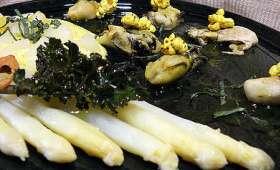 Huîtres, asperges, macis, salade de cambre maritime à la vinaigrette d'eau d'huître