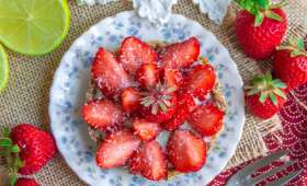 Tartelettes crues aux fraises, citron vert et thé matcha