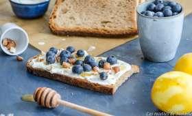 Tartines au miel, noisettes et myrtilles