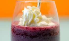 Smoothie aux fruits rouges et à la chantilly