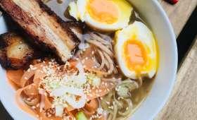 Bouillon japonais et nouilles soba, œuf mollet et porc grillé aux épices