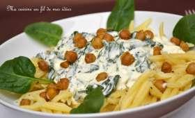 Pâtes sauce crémeuse aux épinards et à la feta, pois chiches grillés au curry