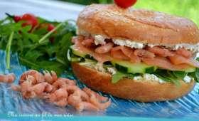 Bagels au saumon fumé, crevettes grises, fromage frais et concombre...