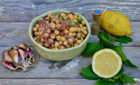 Salade marocaine : pois chiches, coriandre, menthe, pickles d'oignons