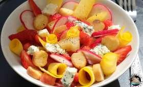 Salade fraîcheur tomates, fraises et Saint Agur