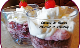 Mousse de fraises, chocolat et chantilly