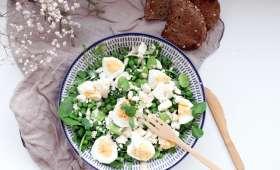 Salade fèves, petits pois, œufs et sauce au tahini