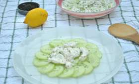 Salade de concombre, crème à l'estragon et poivre