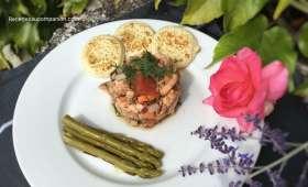 Tartare de saumon aux agrumes, petits légumes et asperges vertes