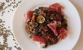Salade de lentilles, poivrons et courgettes grillés, jambon sec