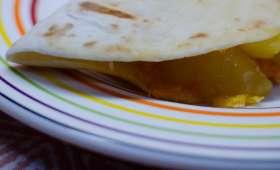 Quesadillas aux pommes de terre et au chorizo avec un oeuf