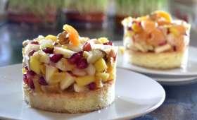 Salade de fruits sur une génoise