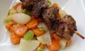 Brochettes d'agneau à la moutarde et jardinière de légumes primeurs