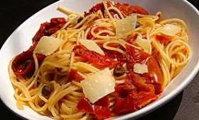 Spaghetti aux tomates, câpres et origan