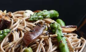 Nouilles soba, champignons shiitakés et asperges vertes