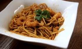 Wok de nouilles sautées et crevettes, curry et miel