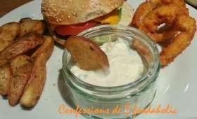 Burger avec potatoes, garlic sauce et onion rings