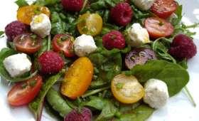 """Salade de jeunes pousses, tomates cerises et framboises au Boursin Salade """"Ail et Fines Herbes"""""""