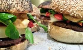 Burger au magret haché ossau-iraty et tapenade rouge au piment d'espelette